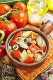Gedämpftes Gemüse im keramischen Topf Lizenzfreie Stockbilder