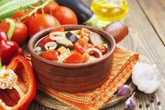 Gedämpftes Gemüse im keramischen Topf Stockfoto