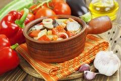 Gedämpftes Gemüse im keramischen Topf Lizenzfreie Stockfotos