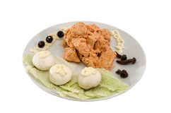 Gedämpftes Hühnerfleisch in einer Soße mit Pilzen Schöner Teller auf einem weißen Hintergrund stockfotos