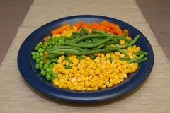 Gedämpftes organisches Gemüse-Medly mit Erbsen, Mais, Bohnen und Karotten Stockfotografie