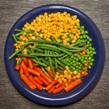 Gedämpftes organisches Gemüse-Medly mit Erbsen, Mais, Bohnen und Karotten Lizenzfreie Stockfotografie