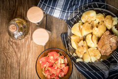 Gedämpftes Schweinefleisch gedient mit Kartoffeln Stockbilder