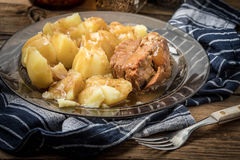 Gedämpftes Schweinefleisch gedient mit Kartoffeln Lizenzfreies Stockfoto