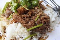 Gedämpftes Schweinefleischfahrwerkbein auf Reis Lizenzfreie Stockbilder