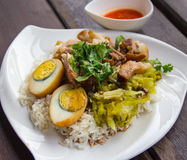 Gedämpftes Schweinefleischfahrwerkbein auf Reis Stockfotos