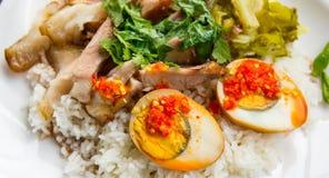 Gedämpftes Schweinefleischfahrwerkbein auf Reis Lizenzfreie Stockfotos