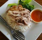 Gedämpftes Schweinefleischfahrwerkbein auf Reis Lizenzfreies Stockfoto