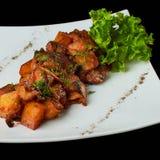 Gedünstete Kartoffeln mit Tomaten- und Pilzchampignons Stockfotos
