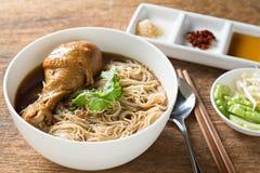 Gedünstete thailändische Art der Hühnernudelsuppe Lizenzfreie Stockfotos