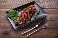 Gedünstetes Kalbfleisch mit Aubergine und anderem Gemüse stockfoto