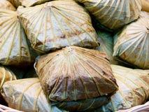 Ged?mpfter Fried Rice in Lotus Leaf-Abschluss oben lizenzfreie stockfotos