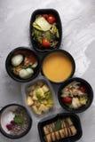 Ged?mpftes Gem?se Salat und Brokkolicremesuppe mit ged?mpftem Huhn, Brei mit Himbeerbeeren und Pfannkuchen zum Fr?hst?ck lizenzfreies stockfoto