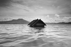 Gedaald huis in meer batur, Bali royalty-vrije stock afbeelding