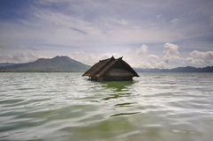Gedaald huis in meer batur, Bali stock foto