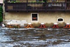 Gedaald restaurant tijdens vloed Stock Foto's