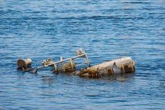Gedaald schip in een rivier royalty-vrije stock fotografie