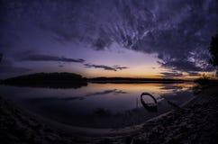 Gedaalde boot, bij de kust van de rivier van Donau bij dageraad Stock Foto's