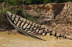 Gedaalde boot in roestig water Royalty-vrije Stock Afbeeldingen