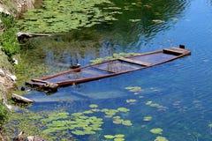Gedaalde houten rivierboot stock foto
