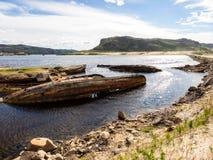 Gedaalde oude houten vissersboten in Teriberka, Moermansk Oblast, Rusland stock afbeeldingen