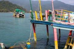 Gedaalde Thaise vissersboten in de Golf van Thailand Reis Royalty-vrije Stock Foto