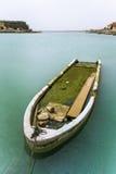 gedaalde vissersboot in het water Royalty-vrije Stock Afbeeldingen