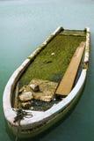 gedaalde vissersboot in het water Royalty-vrije Stock Afbeelding