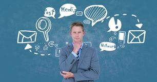 Gedachte zakenman die zich door diverse pictogrammen tegen blauwe achtergrond bevinden Stock Foto