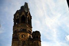 Gedaechtniskirche memorável de Berlim com céu azul imagens de stock
