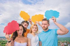 Gedanken des unterschiedlichen Sexs B?rtiger Mann und M?dchen mit Spracheblasen eine farbige Nachricht vor Graun Verschiedenartig stockbilder