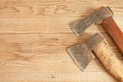 Gedateerde twee en gebruikte messen op houten achtergrond Royalty-vrije Stock Fotografie