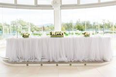 Gedeck an den Luxushochzeitsempfang-schönen Blumen auf T Stockbilder