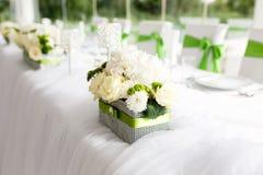 Gedeck an den Luxushochzeitsempfang-schönen Blumen auf T Stockbild