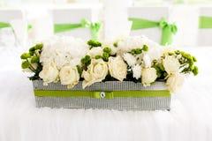 Gedeck an den Luxushochzeitsempfang-schönen Blumen auf T Stockfoto