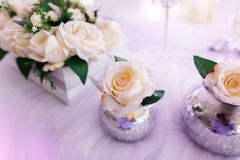 Gedeck an den Luxushochzeitsempfang-schönen Blumen auf T Stockfotografie