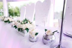 Gedeck an den Luxushochzeitsempfang-schönen Blumen auf T Stockfotos