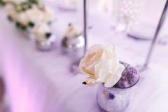 Gedeck an den Luxushochzeitsempfang-schönen Blumen auf T Lizenzfreies Stockbild