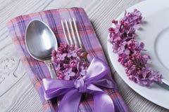 Gedeck in den purpurroten Farben, Dekoration blüht Fliedern Stockfoto