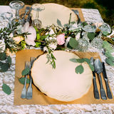 Gedeck für Bankett mit Blumen, leer lizenzfreies stockbild