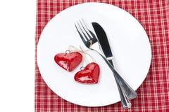 Gedeck für Valentinstag mit Gabel, Messer und Herzen Stockfotografie