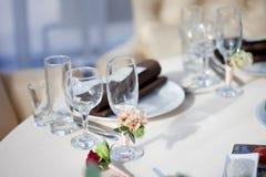 Gedeck im Restaurant Blumendekor auf den Gläsern, heiratend Stockfotos