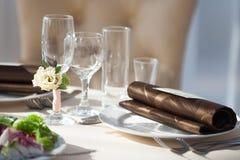 Gedeck im Restaurant Blumendekor auf den Gläsern, heiratend Lizenzfreies Stockbild