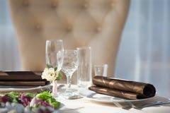 Gedeck im Restaurant Blumendekor auf den Gläsern, heiratend Stockbilder