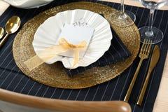 Gedeck im Schwarzen und in der Goldfarbe mit Blumendekor Lizenzfreies Stockbild