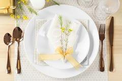 Gedeck mit helle Farbserviette und Blumendekor Stockfoto
