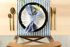 Gedeck mit lila Farbserviette und Blumendekor Lizenzfreies Stockfoto