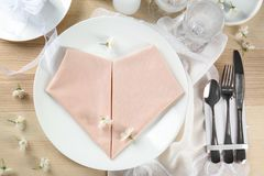 Gedeck mit rosa Farbserviette und Blumendekor Lizenzfreie Stockbilder
