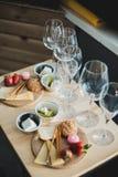 Gedeck mit Wein und Imbisse, Etikette und Ereignis stockbild