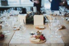 Gedeck mit Wein und Imbisse, Etikette und Ereignis stockbilder